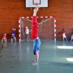 Zirkusschule in den Sommerferien mit Circus firulete von Daniel Torron Mack - Handstand