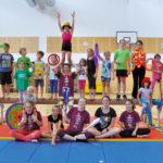 Zirkusschule in den Sommerferien mit Circus firulete von Daniel Torron Mack - Gruppenbild Team und Kinder
